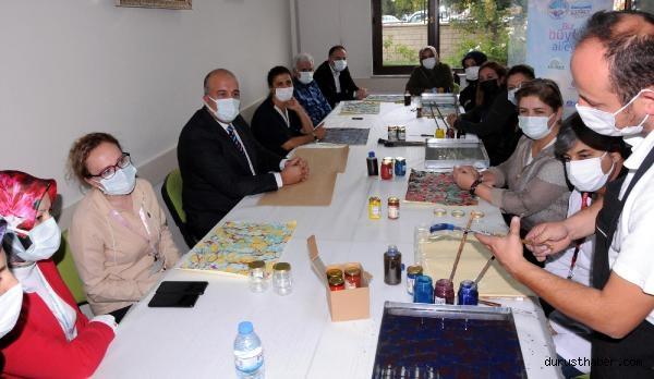 2021/09/pandemi-servisinde-gorev-yapan-saglik-calisanlari-ebru-yaparak-stres-atiyor-508a33dcff96-2.jpg