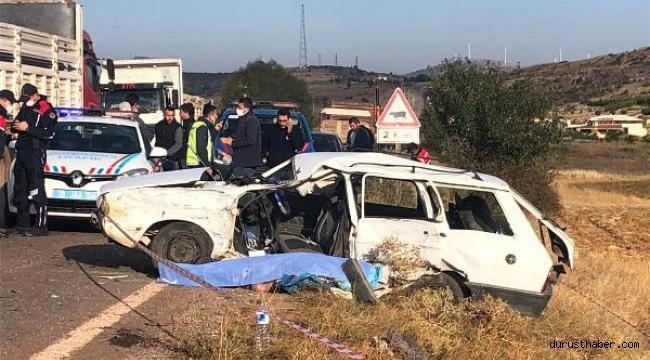 TIR'a çarpan otomobilin sürücüsü öldü, 4 kişi yaralandı